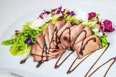 切的肉鲜美,开胃片断用调味汁和草本,在一块白色板材 水平的框架 库存图片