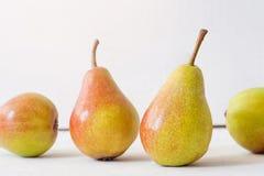 切的背景剪切果子半菠萝 在老木头的新鲜的有机梨 梨秋天收获 免版税库存图片