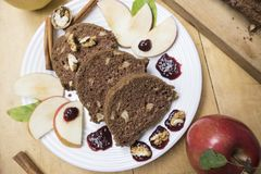 切的苹果桂香面包 在木桌上的装饰 由苹果做,糖,油,鸡蛋,面粉 自创苹果大面包蛋糕 免版税库存照片