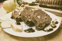 切的苹果桂香面包 在木桌上的装饰 由苹果做,糖,油,鸡蛋,面粉 自创苹果大面包蛋糕 库存照片