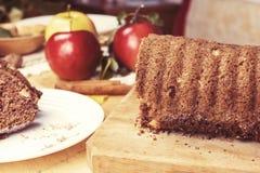 切的苹果桂香面包 在木桌上的装饰 由苹果做,糖,油,鸡蛋,面粉 自创苹果大面包蛋糕 图库摄影