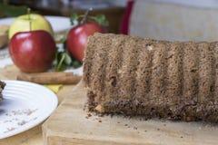 切的苹果桂香面包 在木桌上的装饰 由苹果做,糖,油,鸡蛋,面粉 自创苹果大面包蛋糕 免版税图库摄影