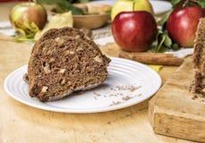 切的苹果桂香面包 在木桌上的装饰 由苹果做,糖,油,鸡蛋,面粉 自创苹果大面包蛋糕 免版税库存图片