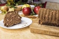 切的苹果桂香面包 在木桌上的装饰 由苹果做,糖,油,鸡蛋,面粉 自创苹果大面包蛋糕 库存图片