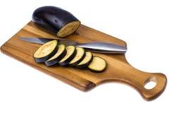 切的茄子在厨房木切板盘旋 库存照片