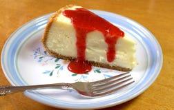 切的草莓乳酪蛋糕 免版税库存照片