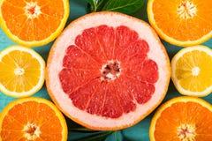切的葡萄柚、桔子和柠檬 图库摄影