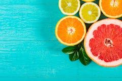 切的葡萄柚、桔子和柠檬 免版税库存照片