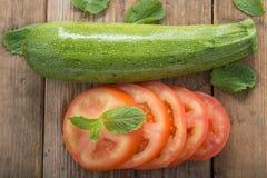 切的蕃茄用夏南瓜 库存照片