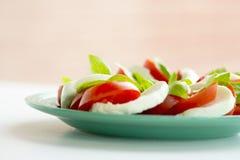 切的蕃茄用无盐干酪乳酪 免版税库存照片