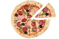切的薄饼用火腿、蘑菇和意大利辣味香肠 免版税库存图片
