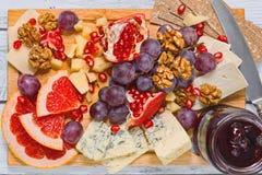 切的被提炼的乳酪和新鲜水果,顶视图 免版税图库摄影
