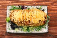 切的被烘烤的土豆用乳酪和烟肉 图库摄影