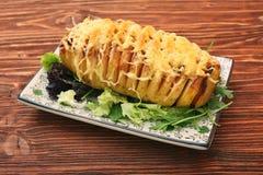 切的被烘烤的土豆用乳酪和烟肉 库存图片