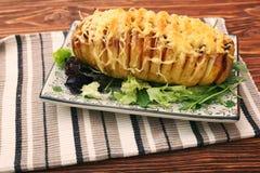 切的被烘烤的土豆用乳酪和烟肉 库存照片