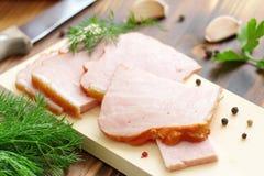 切的被烘烤的肉用大蒜和香料 免版税库存照片