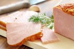切的被烘烤的肉用大蒜和香料 免版税图库摄影