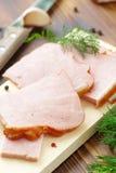 切的被烘烤的肉用大蒜和香料 库存照片