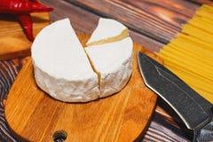 切的软干酪准备好对烹调 免版税库存图片