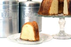 切的重糖重油蛋糕隔绝了 免版税库存照片
