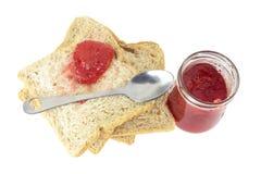 切的面包和草莓酱 免版税库存图片