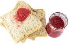 切的面包和草莓酱 免版税图库摄影