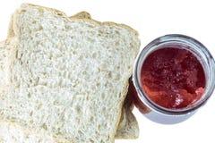 切的面包和草莓酱 免版税库存照片