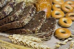 切的面包条大麦百吉卷 库存图片