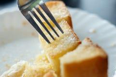 切的面包烘烤吃在断裂时间 免版税图库摄影