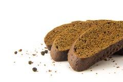 切的面包用在白色隔绝的黑胡椒 库存照片