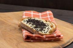 切的面包用巧克力在餐巾洒 免版税图库摄影