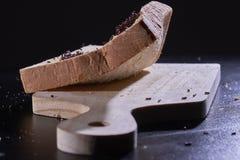切的面包用被洒的巧克力 图库摄影