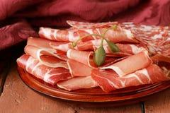 切的风干香肠肉(火腿、熏火腿,蒜味咸腊肠) 库存照片