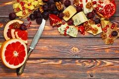 切的食家乳酪用果子和坚果 图库摄影