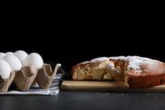 切的饼和成份做的在黑暗的背景 免版税图库摄影