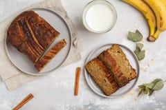 切的香蕉面包用在灰色板材的桂香 灰色Backgroun 免版税库存照片