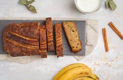 切的香蕉面包用在黑板岩的桂香 灰色backgro 图库摄影
