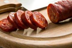切的鲜美加调料的口利左香肠香肠 免版税库存图片
