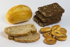 切的黑白面包、小圆面包和百吉卷 免版税图库摄影