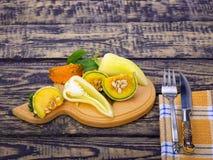 切的黄色小成熟南瓜胡椒沙拉 免版税库存照片