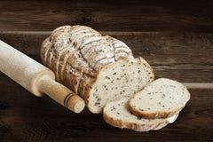 切的黑麦面包用油麻 免版税库存图片