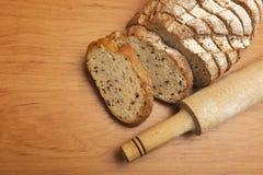 切的黑麦面包用油麻 库存照片
