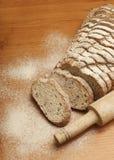 切的黑麦面包用油麻 库存图片
