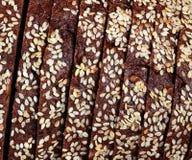 切的黑麦面包纹理用谷物 免版税库存图片