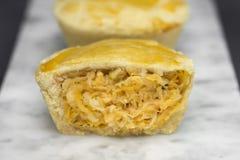 切称在卡拉拉大理石盛肉盘的empada的传统巴西微型鸡饼 免版税库存图片