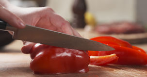 切红色甜椒inlong的女性青少年的手为格栅编结 库存图片