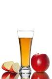 切红色苹果果子和杯在白色背景的新鲜的汁液 免版税库存照片