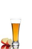 切红色苹果果子和杯在白色背景的新鲜的汁液 库存图片