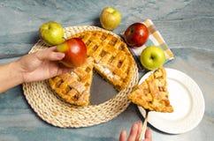 切自创苹果饼的妇女 免版税库存图片