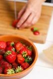 切草莓的刀子 免版税库存图片